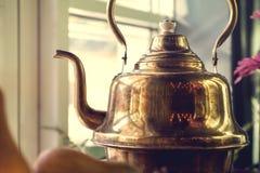老黄铜俄国式茶炊 免版税库存图片