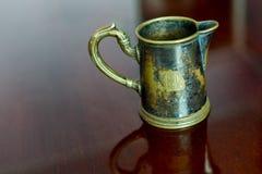 老黄铜杯子 免版税图库摄影