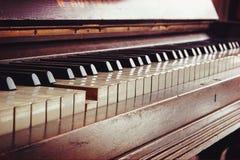 老琴键,一把钥匙被按,在温暖的co的音乐概念 免版税库存照片
