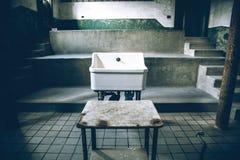 老医院水槽 库存图片