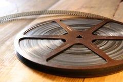 老8 mm电影卷轴的顶视图图象在木背景的 免版税库存照片