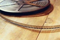 老8 mm电影卷轴的顶视图图象在木背景的 免版税库存图片