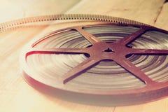 老8 mm电影卷轴的顶视图图象在木背景的 库存图片