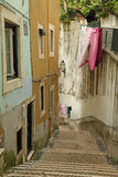 老Alfama美丽的典型的街道  库存图片