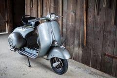 老Barnfind,在木wa的生锈,使用的意大利摩托车滑行车 免版税库存图片