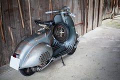 老Barnfind,在木wa的生锈,使用的意大利摩托车滑行车 库存图片