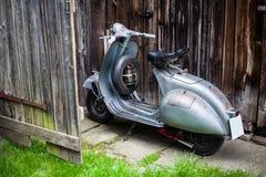 老Barnfind,在木wa的生锈,使用的意大利摩托车滑行车 免版税库存照片