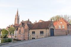 老buildngs和我们的夫人教会塔在布鲁基,比利时 库存照片