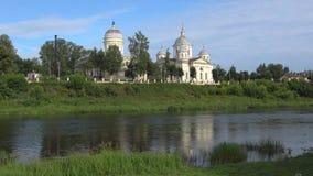 老Churchs的看法在Tvertsa河的河岸的 托尔若克市,俄罗斯