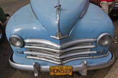 老clasic浅兰的古巴汽车前面 库存图片
