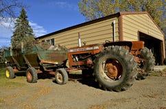 老D-17拖拉机在木柴前面拖车停放了 免版税库存图片
