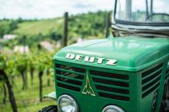 老Deutz拖拉机在葡萄园里 免版税图库摄影