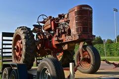 老Farmall一台前轮拖拉机 库存照片