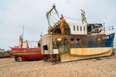 老fishermans小船和推土机在沿海岸区在海斯廷斯老t 库存图片
