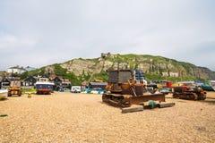 老fishermans小船和推土机在沿海岸区在海斯廷斯老t 免版税库存照片