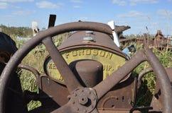 老Fordson生锈的拖拉机 免版税库存照片