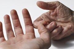 老grandmother& x27;s手和一年轻child& x27;在白色背景隔绝的s手 在白色背景隔绝的手 库存图片