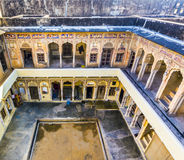 老Haveli的内在庭院在有壁画的曼达瓦 免版税库存照片