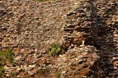 老histirical打破的砖墙背景在晴天 免版税库存图片