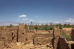 老kasbahs和高阿特拉斯山脉在背景,Tinghir,平均观测距离中 图库摄影