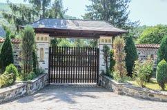 老Lainici修道院在一个夏日,入口门细节  免版税库存照片