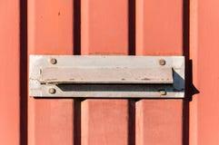 老letterbox或邮箱用提供信件或邮件门门传统方式到房子地址关闭  库存图片