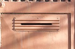 老letterbox或邮箱用提供信件或邮件门门传统方式到房子地址关闭  库存照片