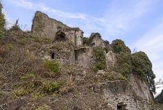 老Malnido城堡废墟的部分在卢尼贾纳自由镇,意大利 植被未完成作品撤除  免版税图库摄影