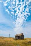 老Pairie客舱,农场,云彩 库存图片