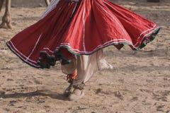 老Rajasthani人跳舞以他的骆驼为背景 库存照片