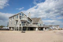老Saybrook的康涅狄格海滩前面家 库存照片
