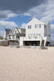 老Saybrook的康涅狄格海滩前面家 免版税库存照片