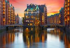 老Speicherstadt在汉堡在晚上照亮了 免版税库存照片