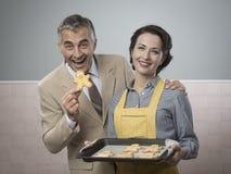 老timey妇女服务家做了曲奇饼 免版税图库摄影