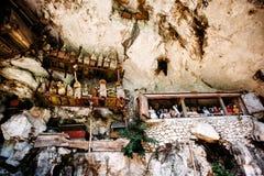 老torajan掩埋处在Londa,塔娜Toraja,印度尼西亚 有在洞安置的棺材的公墓 库存照片