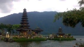 老Ulun Danu寺庙在Beratan湖,巴厘岛 股票录像