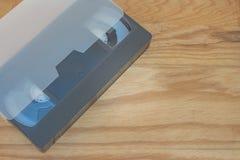 老VHS录影带卡式磁带投入了木桌 免版税库存照片