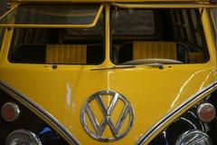 老VW公车运送 免版税图库摄影