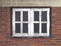 老Windows和红砖 免版税库存照片
