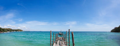 老woode码头谎言全景射击到好的蓝色海, gr里 免版税库存照片