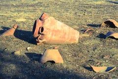 考古学塞浦路斯挖掘kato paphos公园 在地面上的残破的古老amphorae 免版税库存照片
