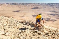 考古学家大厦移动的古老沙漠向大厦墙壁扔石头 库存照片
