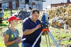 考古学家记录使用一个总驻地被测量的座标 库存图片