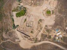 考古学挖掘和考古学家的鸟瞰图 免版税库存照片