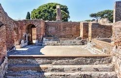 考古学罗马帝国废墟的瞥见在古老Ostia -罗马 库存图片
