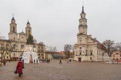 考纳斯和圣诞树在市政厅广场,考纳斯,立陶宛城镇厅  图库摄影