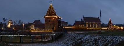 考纳斯城堡在圣诞夜视图全景 免版税图库摄影