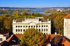 考纳斯老镇都市风景大主教管区房子鸟瞰图 免版税库存照片