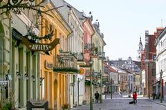 考纳斯,立陶宛–2019年4月3日:维尔纽斯街道看法在考纳斯老镇 免版税图库摄影