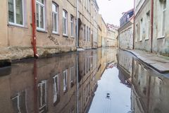考纳斯,立陶宛- 2016年8月16日:在雨以后被充斥的街道在考纳斯,Lithuani的中心 图库摄影